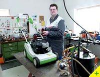 Herr Eschbaumer in seiner Rasenmäher Werkstatt